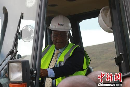 12月6日,中国援莱索托莫比蒂――塞赫拉巴泽贝道路升级优惠贷款项目在喀查斯内克(Qacha's Nek)正式开工。图为莱索托王国首相莫措阿哈・托马斯・塔巴内驾驶挖土机。<a target='_blank' href='http://www-chinanews-com.huananbuy.net/'>中新社</a>记者 王曦 摄