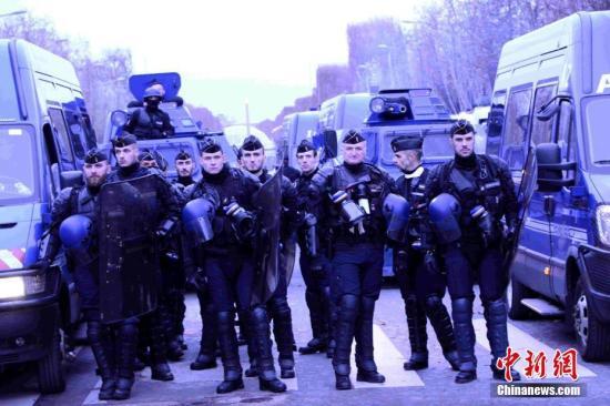 当地时间12月8日,巴黎发生新一轮大规模示威。这是巴黎连续第三个周六发生大规模示威,数以千计民众走上街头抗议,大批法国警察被部署在街头。<a target='_blank' href='http://www-chinanews-com.learn-silverlight-tutorial.com/'>中新社</a>记者 李洋 摄