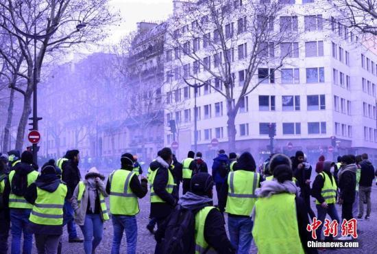 当地时间12月8日,巴黎发生新一轮大规模示威。这是巴黎连续第三个周六发生大规模示威,数以千计民众走上街头抗议。<a target='_blank' href='http://www.chinanews.com/'>中新社</a>记者 李洋 摄