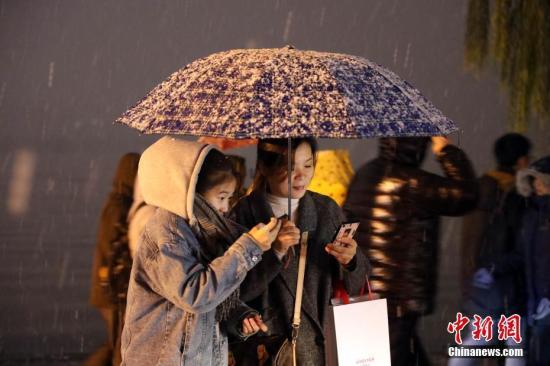 资料图:杭州普遍降雪,游客在断桥前游览。<a target='_blank' href='http://www-chinanews-com.heishizichan.com/'>中新社</a>记者 毛建军 摄