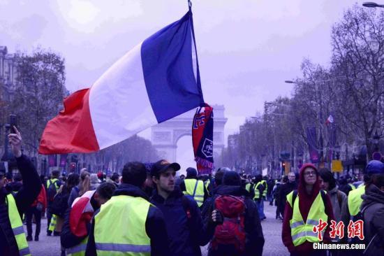 原料图:当地时间12月8日,巴黎发生新一轮大周围示威。中新社记者 李洋 摄