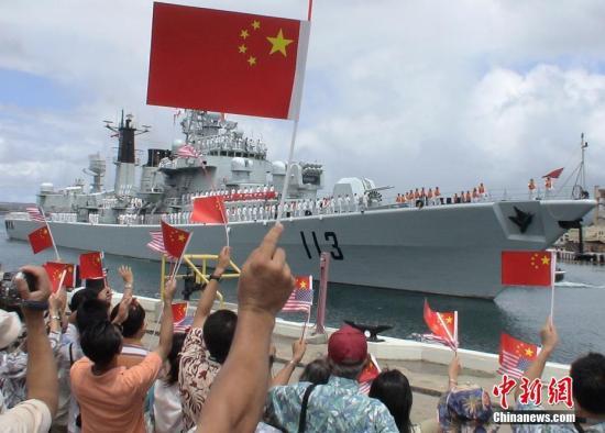 美国当地时间2006年9月6日,中国海军舰艇编队驶进美国夏威夷珍珠港,受到美国海军和当地华人华侨和留学生们的欢迎。中新社记者 贾国荣 摄 (图文整理 满会乔)