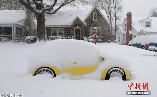当地时间12月9日,美国东南部遭遇暴风雪袭击,北卡州多地积雪严重,当局出动铲雪车除雪。此次暴风雪造成数十万人出行困难,多片区域电力供应受影响。