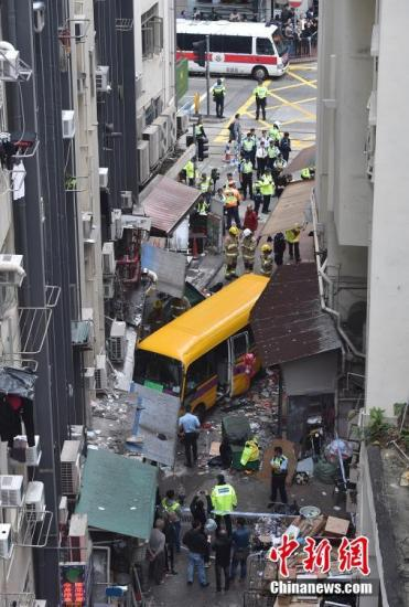 12月10日下午,香港北角熙和街发生致命交通事故,一辆车在无人驾驶情况下,沿北角长康街斜路往下冲,横越英皇道多条行车线后,冲入熙和街并冲上行人道,造成至少2死14伤。图为车祸现场。<a target='_blank' href='http://www-chinanews-com.sccdcs.com/'>中新社</a>记者 麦尚�F 摄