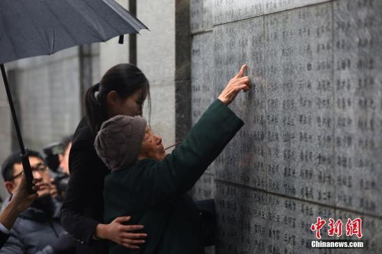 12月10日,南京大屠杀幸存者夏淑琴老人在侵华日军南京大屠杀遇难同胞纪念馆内祭拜遇难亲人。当日,南京大屠杀死难者家庭祭告活动在侵华日军南京大屠杀遇难同胞纪念馆举行,南京大屠杀幸存者夏淑琴和她的子女、南京大屠杀幸存者路洪才和他的子女、南京大屠杀死难者遗属佘文彬和他的家人走进侵华日军南京大屠杀遇难同胞纪念馆,在遇难者名单墙前通过献花、敬香和诵读家书等形式,祭奠亲人表达哀思。<a target='_blank' href='http://www-chinanews-com.dcqtsjy.com/'>中新社</a>记者 泱波 摄