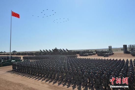 资料图:2017年7月30日,庆祝中国人民解放军建军90周年阅兵在位于内蒙古的朱日和训练基地举行。中新社记者 崔楠 摄