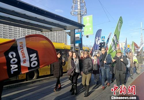 当地时间12月8日,正在波兰卡托维兹举行的联合国气候大会议程已过半,数千环保人士在当地举行游行示威,呼吁各国加快能源转型,落实气候承诺。<a target='_blank' href='http://www.chinanews.com/'>中新社</a>记者 陈溯 摄