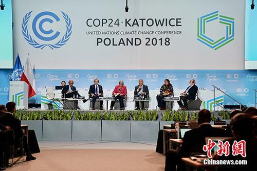 资料图:当地时间12月10日,联合国卡托维兹气候大会(COP24)举行高级别会议。本届大会重点在于完成气候变化《巴黎协定》实施细则相关谈判。图为中国气候变化事务特别代表解振华(右三)在高级别会议上发言。 中新社记者 陈溯 摄