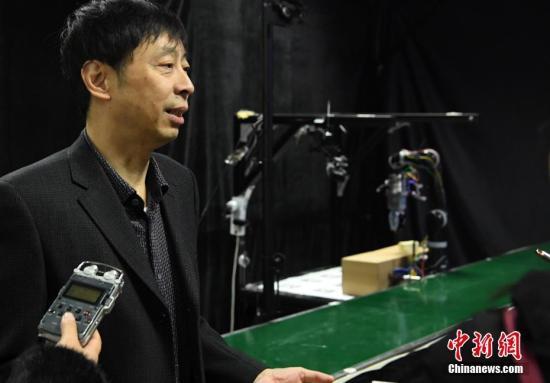 12月11日,中国科大机器人实验室主任、计算机学院教授陈小平介绍,机器人末端夹持器(俗称机器人手爪)是服务机器人和智能制造机器人等领域的关键部件之一,由于其研发难度,近年来已成为该领域中机器人实际应用的一大瓶颈。中新社记者 韩苏原 摄
