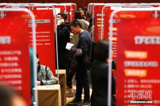 """12月11日,北京市退役军人事务局举办""""2018年北京市退役军人就业双选会"""",近300家中央、市属企业和优质大型民营企业提供近千个就业岗位,千余名退役士兵到现场咨询、应聘。<a target='_blank' href='http://www-chinanews-com.shandongxinjie.com/'>中新社</a>记者 富田 摄"""
