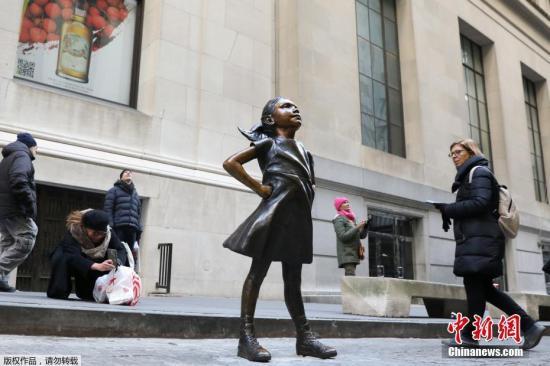 """当地时间12月10日,美国纽约""""无畏女孩""""铜像正式""""搬家"""",出现在纽约证券交易所对面。"""