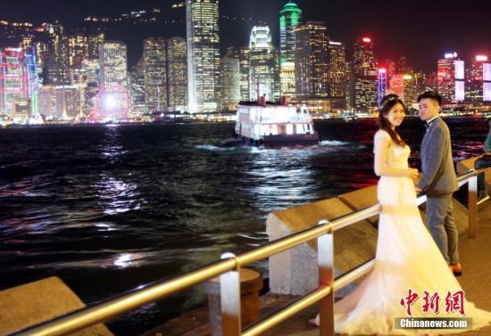 資料圖:一對新人在香港尖沙咀海濱拍攝婚紗照。<a target='_blank' href='http://www.iiccbc.live/'>中新社</a>記者 洪少葵 攝