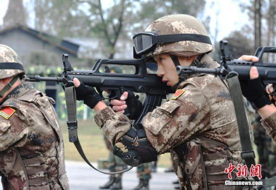 """12月11日,""""携手-2018""""中印陆军逆恐说相符训练在四川成都开训。图为中方参训队员在进走射击训练。安源 摄"""