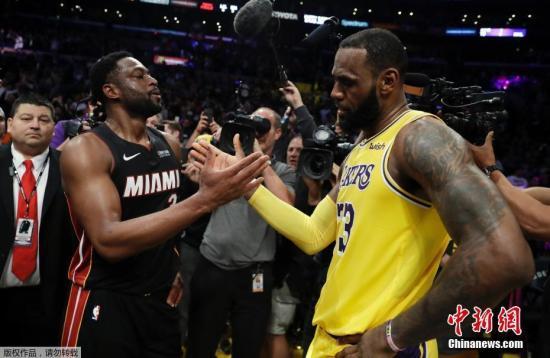 资料图:詹姆斯(右)和韦德。两个人是NBA历史上最有故事的二人组之一。