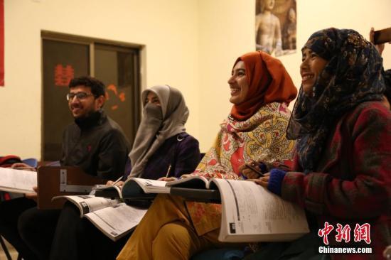 当地时间12月10日,弟子在伊斯兰堡孔子学院上中文课。中新社记者 刀志楠 摄