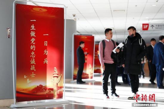 """12月11日,北京市退役军人事务局举办""""2018年北京市退役军人就业双选会"""",近300家中央、市属企业和优质大型民营企业提供近千个就业岗位,千余名退役士兵到现场咨询、应聘。<a target='_blank' href='http://www-chinanews-com.bdh616.com/'>中新社</a>记者 富田 摄"""