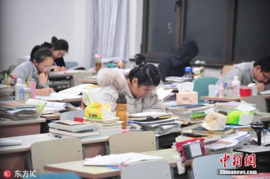 资料图:考生抓紧时间复习考研。朱永茂 摄 图片来源:东方IC