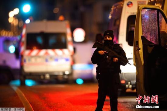 原料图:当地时间12月11日晚,法国东部城市斯特拉斯堡市(Strasbourg)一处圣诞集市附近发生枪击案,已起码造成2人物化,另有11人伤势主要。警方已确认枪手身份,正在搜捕该嫌犯。现在还不明了此事件是否和恐袭相关。