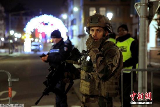 当地时间12月11日晚,法国东部城市斯特拉斯堡市(Strasbourg)一处圣诞集市附近发生枪击案,已起码造成2人物化,另有11人伤势主要。警方已确认枪手身份,正在搜捕该嫌犯。现在还不隐微此事件是否和恐袭相关。
