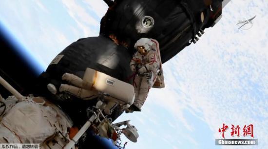 """12月12日消息,据俄罗斯卫星网报道,卫星通讯社记者从飞行控制中心报道称,俄罗斯宇航员奥列格・科诺年科和谢尔盖・普罗科皮耶夫完成了对此前发现孔洞的""""联盟MS-09""""飞船的检查并返回国际空间站。"""