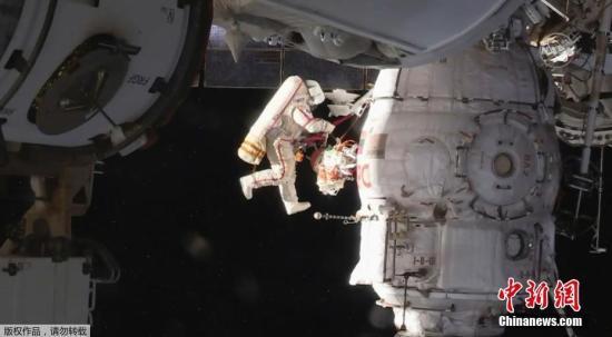 资料图:2018年8月,俄罗斯飞行控制中心值班员发现空间站舱内有微量漏气现象,经过检查,他们在与空间站对接的联盟号飞船轨道舱壁上发现了一个直径约1.5毫米的穿孔。