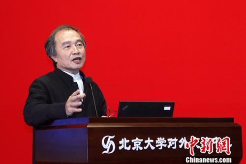 """12月10至12日,第四届中华文化论坛在北京大学举办,来自两岸及港澳近300位专家学者,围绕""""中华优秀文化的价值与精髓""""""""中华文化与两岸关系""""等议题进行研讨。图为台湾知名作家、诗人杨渡在12日的大会上作主旨演讲。<a target='_blank' href='http://www-chinanews-com.fffhigh.com/'>中新社</a>记者 陈小愿 摄"""