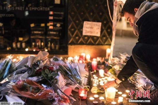 资料图:法国民众悼念斯特拉斯堡枪击案遇难者。