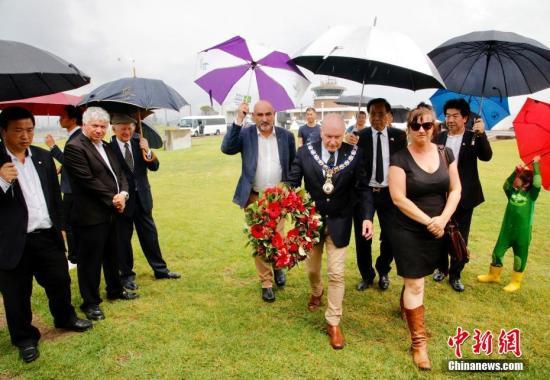 2018年12月13日是南京大屠杀81周年纪念日。当天,澳大利亚新州卧龙岗市政府在Kembla港《生铁鲍勃》纪念碑前举行纪念活动,祭奠南京大屠杀中的中国死难者。图为卧龙岗市市长Gordon Bradbery(中)与悉尼华人代表一起参加纪念活动。中新社发 姜长庚 摄