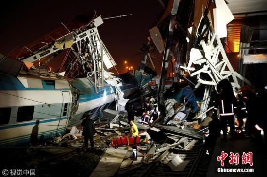 当地时间12月13日,土耳其首都安卡拉火车站发生火车相撞事故,造成至少4人死亡,40多人受伤。据相关报道援引当地官员的话称,这列高速列车与当地一辆列车相撞。事故发生在当地时间13日06点30分。图片来源:视觉中国