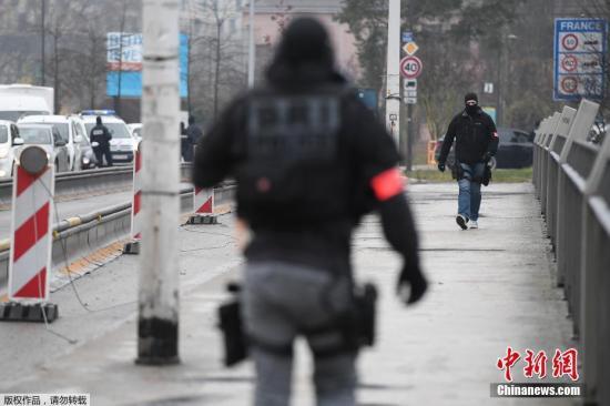 法国内政部长克里斯托夫?卡斯塔内12日表示,已出动720名执法人员以及两架直升机搜捕斯特拉斯堡枪击案嫌犯。法国官方称,不排除他逃离法国的可能性,目前通往德国的桥梁已被封锁。