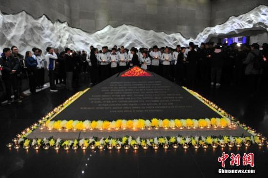 """12月13日,沈阳""""九・一八""""历史博物馆与国内30家抗战类纪念馆联动举行""""南京大屠杀死难者国家公祭日悼念活动"""",深切缅怀所有在中国人民抗日战争中牺牲的先烈及死难同胞。图为活动现场。<a target='_blank' href='http://www-chinanews-com.think-pace.com/'>中新社</a>记者 于海洋 摄"""