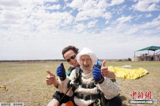 资料图:澳大利亚一名102岁高龄的老奶奶尝试跳伞运动。
