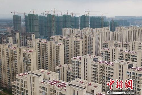 12月14日,中国国家统计局在官网发布2018年1-11月份全国房地产开发投资和销售情况,数据显示,2018年1-11月份,全国房地产开发投资110083亿元,同比增长9.7%,增速与1-10月份持平。其中,住宅投资78027亿元,增长13.6%,增速回落0.1个百分点。住宅投资占房地产开发投资的比重为70.9%。图为航拍南京城北一处楼盘。(3月19日拍摄)中新社记者 泱波 摄