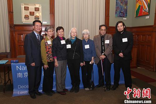 当地时间12月13日,来自多伦多日裔社区的多位代表人士出席了在加拿大安大略省省议会举行的南京大屠杀遇难者纪念日活动。他们希望,更多人、尤其是年轻人了解南京大屠杀的真相。图为活动主办方代表、多伦多亚洲二战史实维护会主席王裕佳(左一)与日裔社区代表们合影。<a target='_blank' href='http://www-chinanews-com.cn-newidea.com/'>中新社</a>记者 余瑞冬 摄