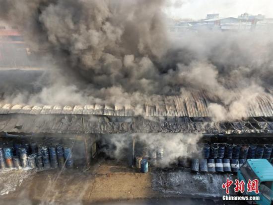 12月15日8时30分许,哈尔滨市道外区龙凤路一建筑发生火情,消防部门正在施救。记者赶到现场看到,起火现场浓烟滚滚,十余辆消防车已经在现场救援。据了解,起火建筑多数是材料商铺,火灾没有造成人员伤亡。目前,起火原因及财产损失正在调查统计中。解培华 摄
