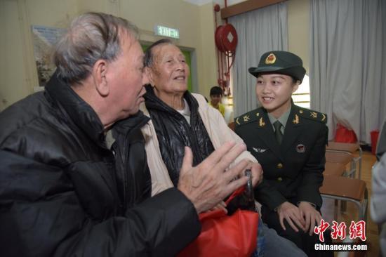 图为解放军驻香港部队慰问现场大澳长者,长者分享生活点滴。<a target='_blank' href='http://www-chinanews-com.cxh-investment.com/'>中新社</a>记者 李志华 摄