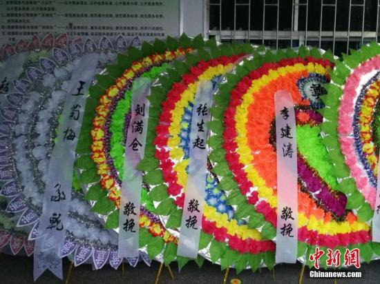 社会各界悼念二月河先生的花圈摆满灵堂门外。王�t 摄