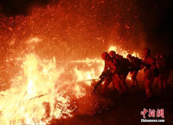 日前,黑龙江省森林消防总队大兴安岭地区支队的森林消防员们开展夜训实战演练。解培华 屈先磊 摄影报道