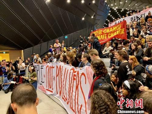 当地时间12月14日,在波兰卡托维兹举走的说相符国气候大会进入末了镇日。当天正午,上百名环保人士在会场中间举走抗议,请求与会各国代外尽快形成共识,打破议和僵局,确凿实走气候准许。中新社记者 彭大伟 摄