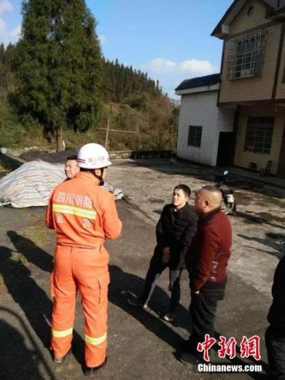 图为四川宜宾兴文消防大队声援人员到达震中,向民多晓畅受灾情况。宜宾消防供图