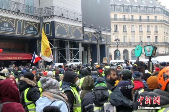 资料图:12月15日,巴黎示威活动继续进行,数以千计民众再次走上街头。图为大批示威者在巴黎歌剧院外聚集。<a target='_blank' href='http://www.chinanews.com/'>中新社</a>记者 李洋 摄