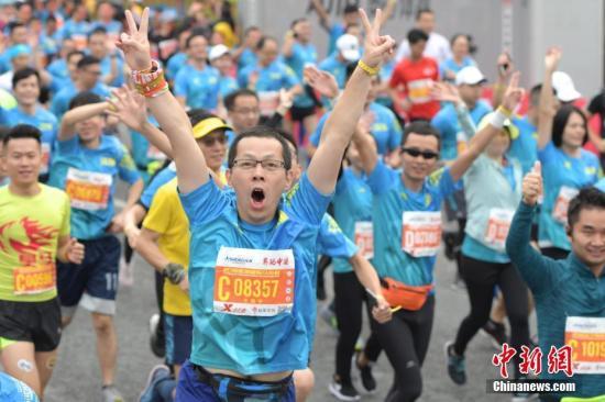 原料图:马拉松比赛现场。中新社记者 陈文 摄