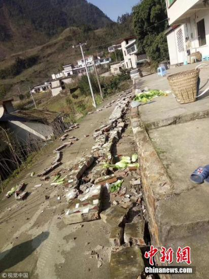 12月16日,中国地震台网正式测定:当日12时46分在四川宜宾市兴文县(北纬28.24度,东经104.95度)发生5.7级地震,震源深度12千米。图为地震发生后,兴文县周家镇震感强烈,一农户外墙发生坍塌。图片来源:视觉中国