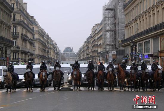 资料图:当地时间12月15日,巴黎示威活动继续进行,数以千计民众再次走上街头。大批法国骑警在巴黎市中心严密戒备示威活动。中新社记者 李洋 摄
