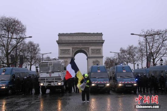 当地时间12月15日,巴黎示威活动继续进行,数以千计民众再次走上街头,巴黎凯旋门被警方重重包围,但仍有示威者试图靠近凯旋门。<a target='_blank' href='http://www.chinanews.com/'>中新社</a>记者 李洋 摄
