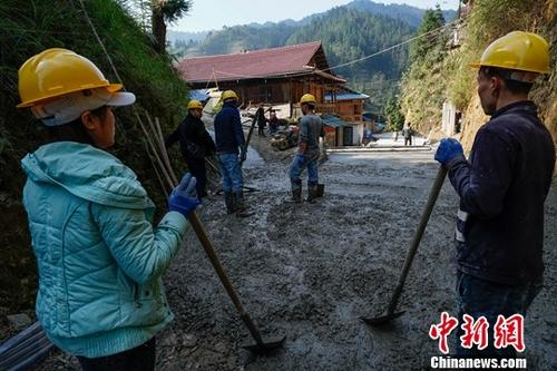 资料图:施工人员在为硬化公路铺砂石。<a target='_blank' href='http://www.isrqz.tw/'>中新社</a>记者 贺俊怡 摄