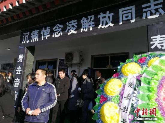 12月16日,著名作家二月河逝世第二日,各界人士陆续前往河南南阳殡仪馆吊唁。刘鹏 摄