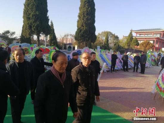 12月16日,著名作家二月河逝世第二日,各界人士陆续前往河南南阳殡仪馆吊唁。王�t 摄