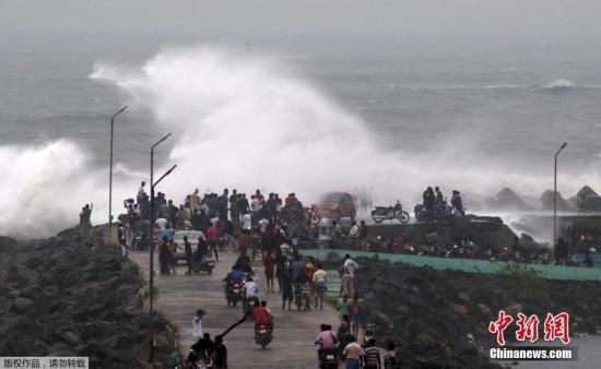 """原料图:当地时间2018年12月16日,印度钦奈,飓风""""佩太""""正向印度东海岸逼近,引发狂风巨浪。据当地媒体报道,""""佩太""""展望将于12月17日登陆印度,风速约为45-55公里每幼时。"""