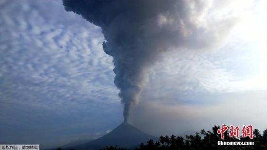 当地时间2018年12月16日,印尼北苏拉威西省米纳哈沙,印尼索普坦火山发生喷发,火山灰直冲云霄,喷发高度超7000米。